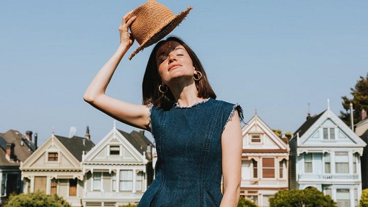 chica-luce-sombrero