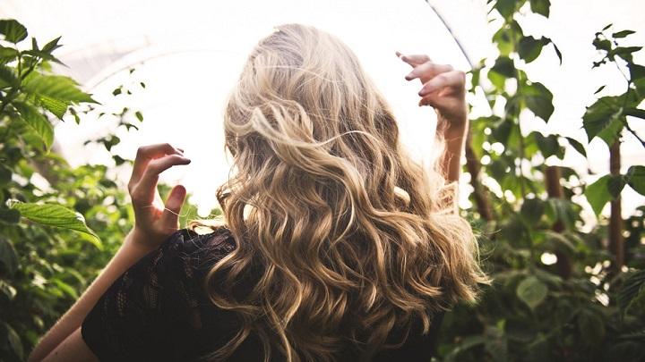 cabello-rubio-rizado