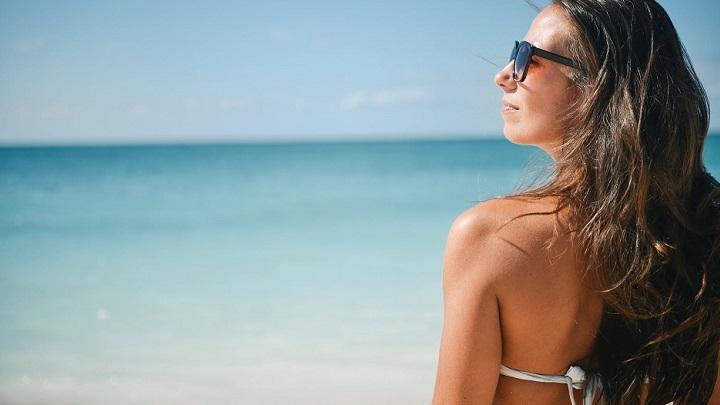 chica-observando-el-mar-en-la-playa
