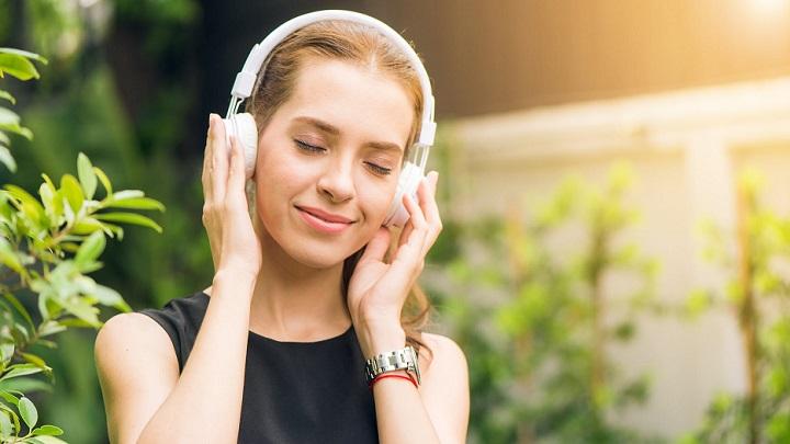 chica-escucha-musica