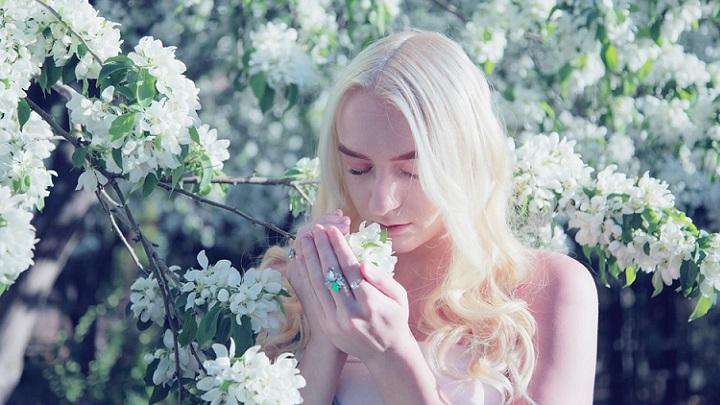 chica-huele-las-flores