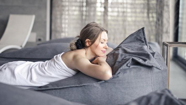 mujer-descansa-en-sofa